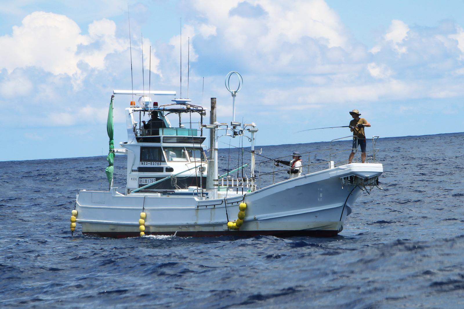 洋上で釣行中の晴磨丸